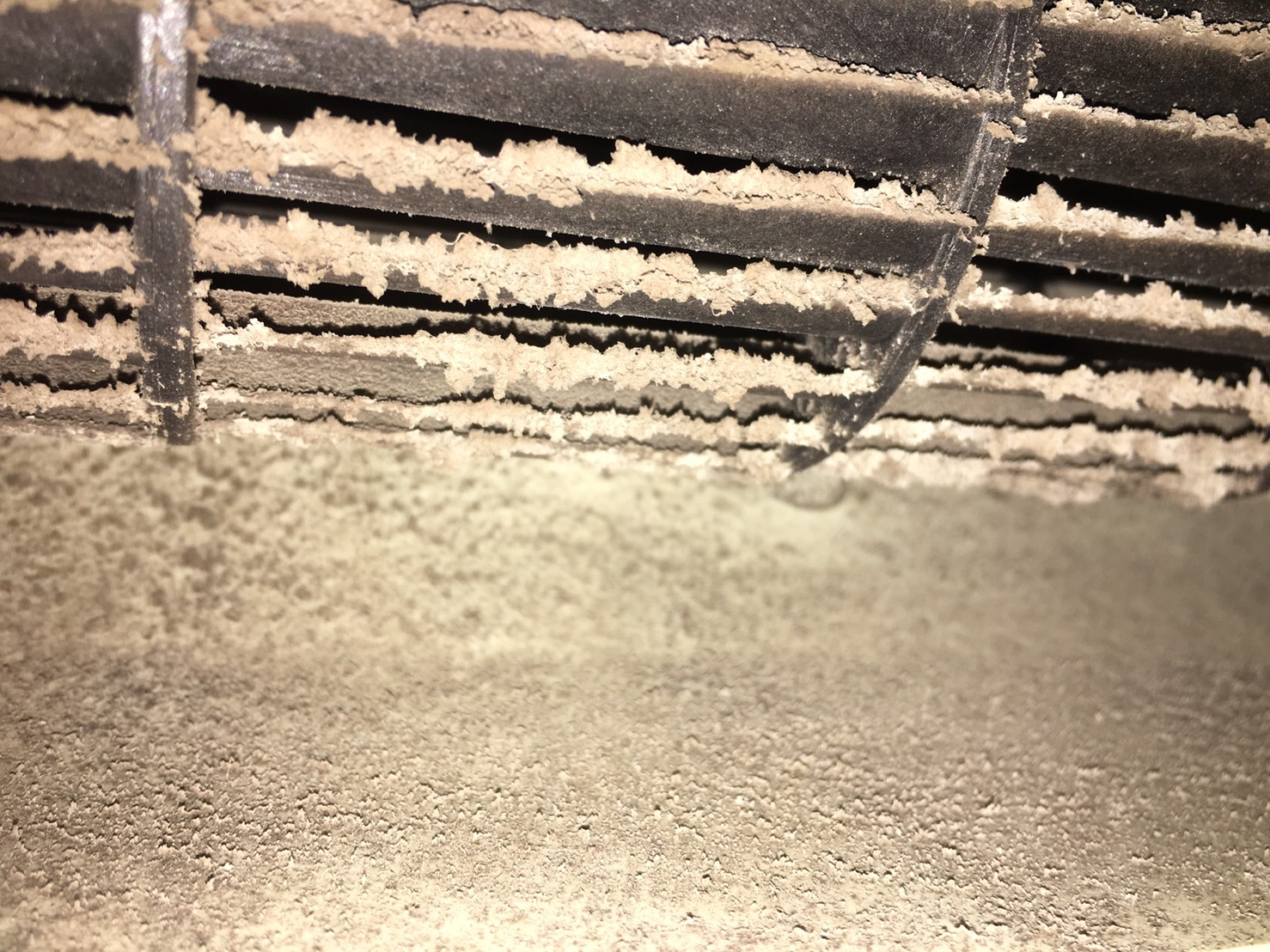 冷氣不涼發出臭味有很多原因,內部可能卡灰塵污垢