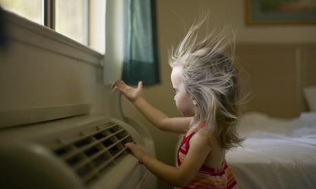 冷氣內部隱藏許多塵滿黴菌,易引起過敏